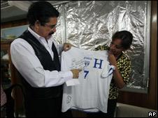 Manuel Zelaya, presidente depuesto de Honduras, y una de sus hijas