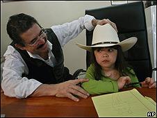 Manuel Zelaya con su nieta