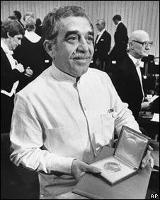 Gabo muestra el Nobel, en 1982