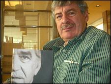 """Gerald Martin sostiene una copia de su libro """"Gabriel García Márquez. Una vida"""""""