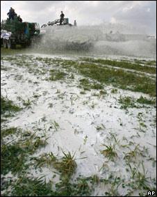 Productores franceses derramaron leche en los campos