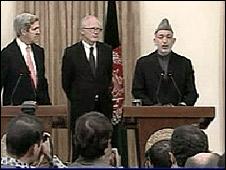 Hamid Karzai (derecha) junto a John Kerry (izq.)