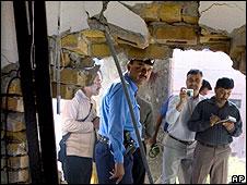 Boquete abierto por una de las explosiones en la Universidad Islámica