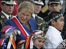 La presidente Michelle Bachelet junto a niños mapuches
