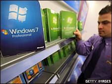 Un vendedor arregla los empaques de  Windows 7