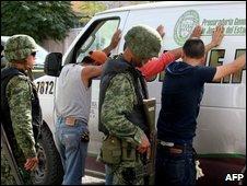 Soldados revisan a unos ciudadanos en Ciudad Juárez