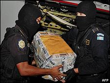Agentes guatemaltecos con cocaína incautada el 8 de octubre