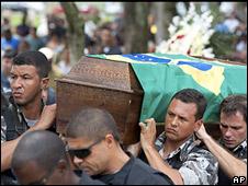 Policiais carregam caixão de colega morto em helicóptero abatido por traficantes