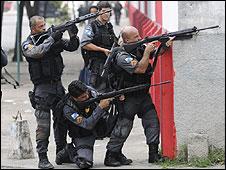 A polícia do Rio durante tiroteio com traficantes (arquivo)