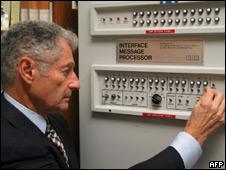 Leonard Kleinrock frente al primer sistema de internet