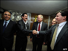Zelaya (izq.), Thomas Shannon (cen.) y Dan Restrepo