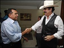 Porifirio Lobo (izq.) y Manuel Zelaya