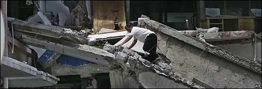 Un hombre trepa sobre los escombros de un edificio en Madang, Sumatra, Indonesia. Foto de archivo: 10/10/09