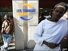 Inmigrantes desempleados frente a oficina de trabajo en París