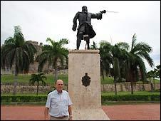 Zunzarren junto a la estatua de Blas de Lezo en Cartagena de Indias, Colombia