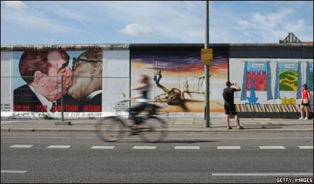 Сохранившаяся секция Берлинской стены