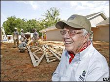 Jimmy Carter tại một công trình xây nhà cho người nghèo ở Mỹ
