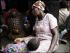 Abuela cuida a su nieto cuya madre murió de sida en Malawi