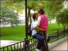 الصين: دوريات لمنع التقبيل بين الطلاب والطالبات 091110141752_kissing_226