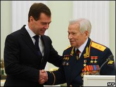 Dimitri Medvedad y Mijail Kalashnikov
