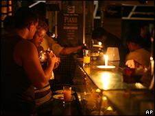Restaurante de Copacabana recorre à luz de velas para prover iluminação durante apagão de novembro de 2009