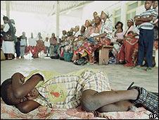 Niño espera tratamiento contra la malaria