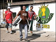Núñez con compañeros de la radio