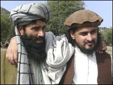 تحریک طالبان کے سربراہ حکیم اللہ محسود تنظیم کے ترجمان اعظم طارق کے ہمراہ