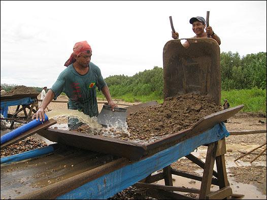 Mineros en la playa del río Madre de Dios