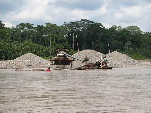 Minería informal en la playa del río Madre de Dios