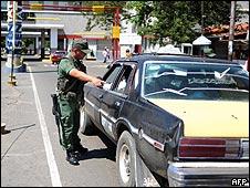 Guardia venezolano revisa paso fronterizo entre Colombia y Venezuela. Archivo.