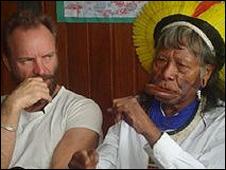 Sting (izquierda) y jefe indígena Raoni Metyktire