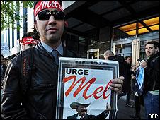 Manifestante en Estados Unidos con afiche de Manuel Zelaya.