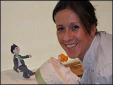 Fay Miller e um de seus bolos/ Cortesia Pink Rose Cakes