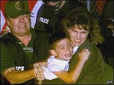 Autoridades de EE.UU. se llevan a Elián González de Miami en abril de 2000