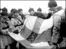 Красноармейцы с захваченным финским флагом, 1939