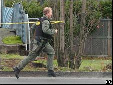 Policía corriendo hacia la zona del tiroteo en Parkland