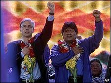 Evo Morales, presidente de Bolivia (der.) y su vicepresidene, Álvaro García Linera (izq)