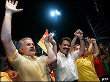 Candidato presidencial opositor, Manfred Reyes Villa, junto a sus seguidores en Santa Cruz, Bolivia