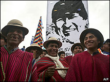 Seguidores del presidente de Bolivia, Evo Morales, sonríen ante su llegada a El Alto