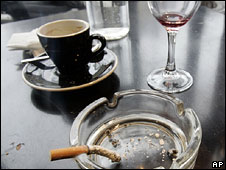 Чашка кофе, бокал и сигарета