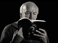 Eduardo Galeano con el libro Espejos (Foto: Roberto Barbita)