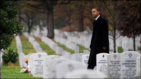 Barack Obama en un cementerio donde están enterrados soldados estadounidenses caídos en combate