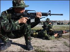 Quân đội Thái Lan và Việt Nam thi bắn quân dụng. (Hình Quân Sử Việt Nam)