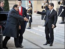Presidente de Francia, Nicolas Sarkozy (der.), le da la bienvenida a su contraparte egipcio, Hosni Mubarak