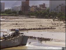 Buque de la armada rescata a sobrevivientes en el estado Vargas en 1999