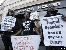 Protesta frente a la embajada de Uganda en Londres