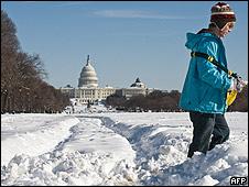 Un joven camina frente al Washington Mall