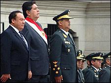Alan Garcìa con Luis Alva Castro (izq, pdte del Congreso) y  Octavio Salazar, ministro del Interior.