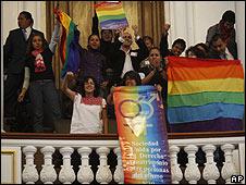 Activistas celebran aprobación de matrimonios entre homosexuales en Ciudad de México